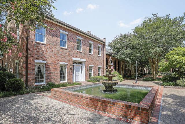 Single Family for Sale at 1 Jamestowne Court Baton Rouge, Louisiana 70809 United States