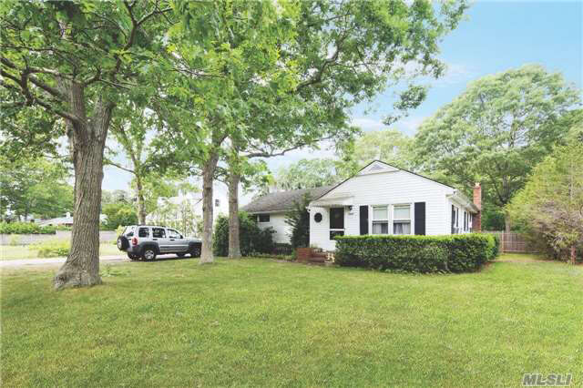 Featured Property in HAMPTON BAYS, NY, 11946
