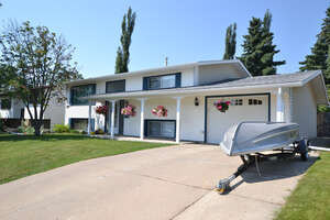 Featured Property in Lacombe, AB T4L 1R4